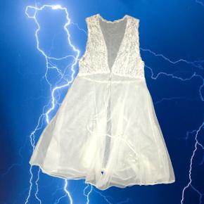"""Hvid gennemsigtig """"kjole"""" der bindes foran, super fin og kan styles fx over en kjole, eller over en hvid trøje og et par bukser 🕯💝  ❌ læs min shop beskrivelse ❌"""