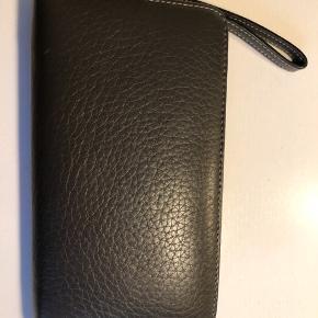 Super fin pung med masser af plads - mørkegrå skind. Måler ca 19x10 cm Bytter ikke