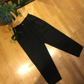 Vintage pinstriped bukser i flaskegrøn. True to size.