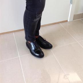 """Varetype: Sko i lak look Farve: Sort Oprindelig købspris: 999 kr. Prisen angivet er inklusiv forsendelse.  Smarte """"herresko"""" i lak look. Skoene skinner ikke helt så meget som rigtig lak. De har rågummisål, hvilket gør dem mere praktiske til vinter. Skoene har aldrig været brugt og kan købes i butikkerne denne sæson."""
