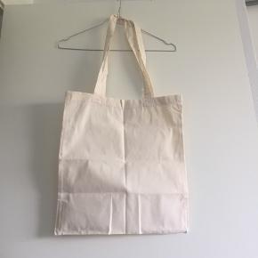 """Fint net / shopper net i en beige farve  Jeg bruger et som """"skoletaske"""" - kan nemlig have en mac, penalhus, madpakke og et par bøger i🤩"""