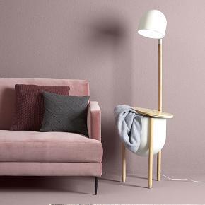 3 personers sofa i rosa med matchende puf.   Sofa: L: 197 x H: 85 x B/D 83 cm   Puf: L: 75 x H 45 x B/D 60 cm