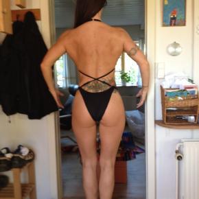 1 stk Bodyfitness Bikini i turkis (ny pris 2000) 1 stk Athletic Fitness (scene) bikini (ny pris 1500) 1 stk sort 'øve' bikini (ny pris 800kr)  Begge scene bikinier er brugt én gang. Øve bikinien flere gange  Ingen fejl eller mangler  Byd gerne