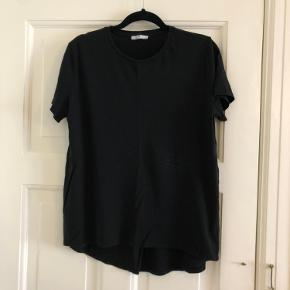 Fine T shirts fra ZARA. Det er 4 styks i alt (2 hvide og 2 Sorte). De koster 25kr pr styk men alle 4 kan købes for 80kr