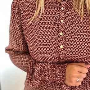 En luftig kjole i en flot mørk Rosa farve med guld knapper. Den bliver desværre ikke brugt, så jeg håber, at en anden kan få glæde af den ❤️ BYD!