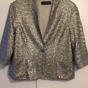 Blazer med sølvpailletter fra Zara. Trekvartlange ærmer og to lommer foran. Kun brugt få gange.