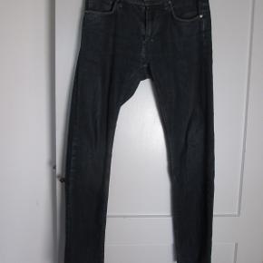 Jeans fra Tiger Of Sweden i mørkeblå, str. 33/32. Brugt ca. 1 år.  Nypris: 1.100,- Pris: 375,- + evt. porto  Kan også afhentes hos mig i København NV.