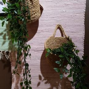 To hængeplanter i plastic med tung bund. Ingen brugsspor. Sælges pga. flytning 😊