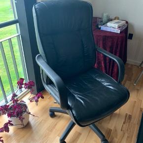 Sælger denne kontorstol for mine forældre. Den virker fint og upåklageligt, men der er ikke plads i deres nye hjem.
