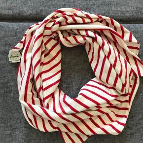 Varetype: Tørklæde Størrelse: Onesize Farve: Multi  Fint tørklæde i rent bomuld fra Ganni. Brugt få gange. Måler ca 100 x 110 cm.