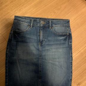 Pieces denim skirt i xs men med masser stretch  Jeg er 1.72 og vejer 65 kg. Bruger normalt small/medium. *dette item kan benyttes i mit 3-for-100 tilbud