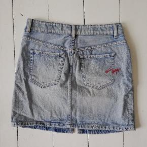 Nederdel fra tommy hilfiger sælges. Str. Small. Brugt få gange. Pæn som ny. Sender gerne med dao
