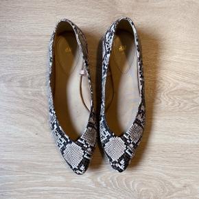 Flotte ballarina sko med slangemønster og blødt satin foer. Kun brugt et par timer, da de er for små til mig.  Ny pris: 129kr