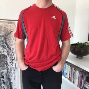 Fed rød Adidas t-shirt! Str. M! Byd:) Kan både bruges af mænd og kvinder