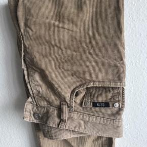 Lysebrune boss fløjlsbukser. Fitter W30-31/L31. Er klippet i længden så har lidt frynser men ellers god stand