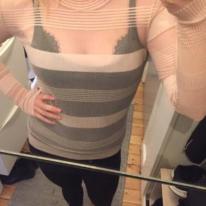Smuk gennemsigtig bluse, i perfekt stand. Mærket er klippet ud men det er en M.