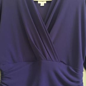 Brand: Vintage Varetype: Midi Størrelse: 12 Farve: Lilla Prisen angivet er inklusiv forsendelse.  Fantastisk Susie Chin vintage-kjole, købt i USA. Taljeret, lynlås i siden, sidder fantastisk, fremhæver alt det rigtige.