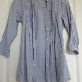 Feminin faconsyet bomuldsskjorte fra Only i størrelse xs, en størrelse small kan højst sandsynligt også passe den (jeg bruger selv begge størrelser).  Skjorten er brugt ca. 5-6 gange og vasket på 30 grader efterfølgende. God stand, meget få brugstegn.  Sælger for 75 kr. plus fragt