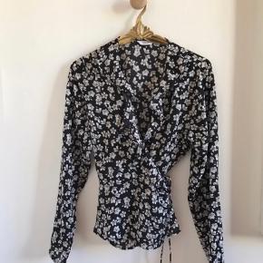 Fejler intet - den passer en størrelse medium - der står large i blusen - bindes med en snor/bælte - super fin.