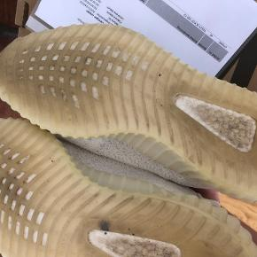 Yeezy Boost 350 V2 Cream White Str. 42 Kun brugt meget lidt i tørt vejr Ingen flaws (kun mindre plet på højre sko som evt kan vaskes væk, har ikke forsøgt) Alt OG haves - tags, box, kvittering osv.