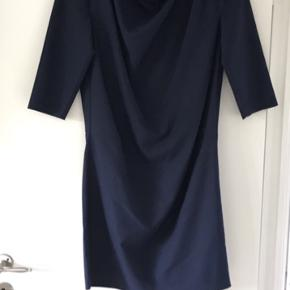 Flot kort mørkeblå kjole med fine draperinger foran.  Kig til ryg i smal åbning på ryggen.  Str. 34, men passes fint af en str. 36 også