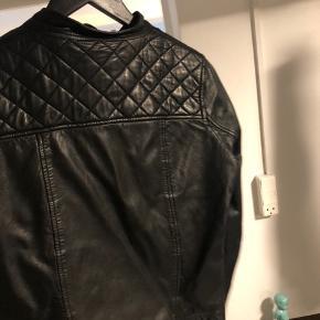 Sælger denne skønne læderjakke da jeg ikke får den brugt.