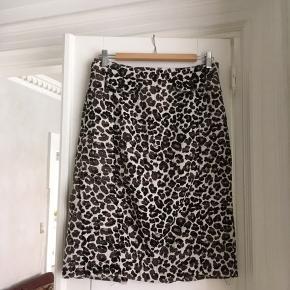 Min mors gamle leopard nederdel fra H&M, vildt flot i taljen og god kvalitet. Passer en 38-40🐆