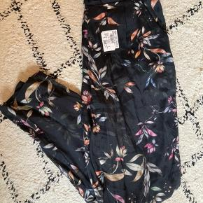 Fine bukser fra Ravn i et skønt blomsterprint 🌸💕 Str. M Np. 1200 kr