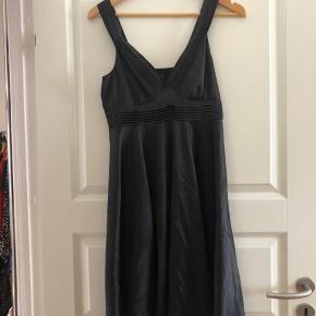 Sort kjole fra vil i silke stof. Med v hals.