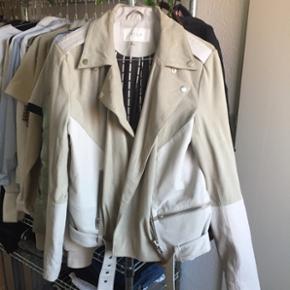 Ægte skind og ruskind jakke fra Vila.  Nypris 1400kr