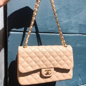 Chanel Beige Jumbo i kalveskind sælges.  Den kommer med original dustbag og authenticity kort. Står i fejlfri stand foran, men på bagsiden har den et par mærker efter brug. Overhovedet ikke noget man lægger mærke til.   Det er prøvet at blive vist på billedet, men det er svært at fange. Det er en taske der skal opleves!!