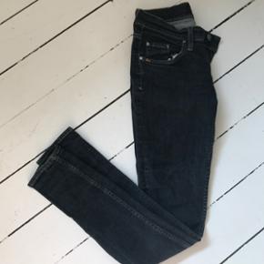 Tiger of Sweden mørke jeans, str. 29/32 (svarer til en normal small). Fin, brugt stand.