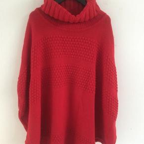 Varetype: Poncho Størrelse: 12 Farve: Rød Oprindelig købspris: 599 kr.  Flot klassisk i poncho I 50% Merino Wool
