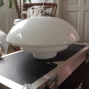 Hvid glas loftlampe i rigtig fin stand. Ø 40 H 25 cm.