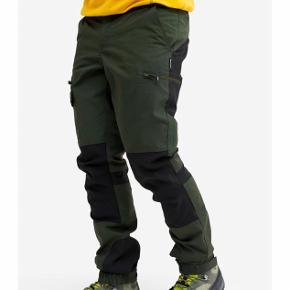 Helt nye bukser med prismærke fra RevolutionRace (RVRC)