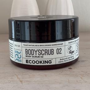 Ecooking Body Scrub 02 er en super lækker bodyscrub, der hurtigt og effektivt fjerner døde hudceller, og får huden til at føles silkeblød. Når du eksfolierer huden har kroppen lettere ved at optage din hudpleje produkter, da den tørre hud ligger sig som et skjold på huden, og tager imod den pleje du giver den, så produktet faktisk ikke når helt ind og arbejde, men istedet ligger sig udenpå det tørre lag. Denne scrub er med siciliansk salt, der er super behagelig at bruge, samtidig med at din hud vil genvinde sin naturlige glød, da tør hud med tiden kommer til at se grå og trist ud. Derudover sætter den også gang i blodcirkulationen, som er med til at give en mere glat og ensartet hudtone.  Ecooking Body Scrub er beriget med naturlig E-vitamin der beskytter mod frie radikaler, økologisk solsikkeolie, arganolie, sheasmør, mandelolie og kukuiolie samt en fantastisk duft af citrus, viol og hvid peber. Når disse kombineres har du de aller bedste forudsætninger for at få din hud til at se sund og strålende ud igen, til at få den glat og smidig, og til at optage dine produkter, så du tilfører præcis den næring du har behov for.  Fordele:  Bodyscrub Fjerner døde hudceller Gør det lettere at optage dine hudplejeprodukter Med siciliansk salt Sætter blodcirkulationen igang Efterlader dig med en blød og glat hudtone Med nærende ingredienser Beskytter mod frie radikaler Med en fantastisk duft Vegansk
