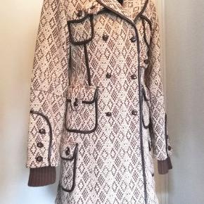 Super skøn uldfrakke fra Object, helt ny, med fede detaljer. Lille i størrelsen, passer til M selvom hedder L. Nypris 1199 kr, sælges for kun 600 kr!