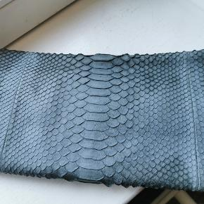 Slangeskind clutch. Måler 33x19 cm