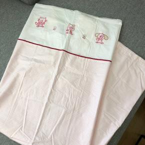 Junior sengetøj, med flotte broderinger  Størrelse: junior Mærke: Södahl Lukning: lynlås Stand: aldrig brugt  Det har en lille misfarvning på bagsiden (se sidste billede)  —————————————————————— - Sender med DAO - Betaling via Mobilpay - Ved TS handel betaler køber gebyr ——————————————————————