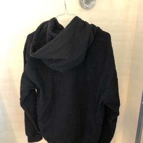 Fin hoodie fra asos. Meget stor i størelsen og næsten aldrig brugt. Sælges da den lå bagerst i skabet og næsten aldrig blev brugt.   Kom endelig med et bud på prisen hvis du har et andet ønske