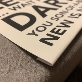 """Denne plakat er i god stand, eftersom den altid har været i ramme. Den har et buk i bunden, således den kan gå i rammer af størrelsen 30*40 cm. Farven er hvid med sort/grå skrift, og teksten udgøres af citater fra den populære tv-serie """"How I Met Your Mother"""". Plakaten kommer uden ramme, og evt. forsendelse er på købers regning :-)"""