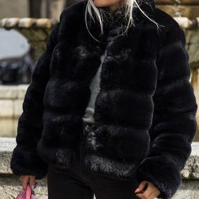 Ny,ubrugt faux fur fra Neo Noir sælges,grundet størrelse,da kvitteringen er blevet væk.Ny pris 1499,-