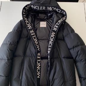 Moncler Giubbotto Jacket Black  Størrelse: 5. Bruger normalt XL i jakker.(Størrelses guide kan findes i linket, nederst på opslaget. Samt detaljer og materiale.)  Kvittering, tags og mærker haves. Moncler - Tøj bøjle kan medfølge.   NY PRIS: 8.400,- Kr.   Sælges da jeg ikke rigtig har fået den brugt så meget som jeg gerne ville.  Jakken står som ny da den er blevet brugt meget lidt og blevet passe godt på. Der er ingen tegn på brugsspor.    Jakke er købt den 30/09-2019. Så der er stadig reklamationsret på den hvis der mod alt forventning skulle ske noget med jakken. (Der er 2 års reklamation fra købs dato)  BYD endelig, forbeholder mig retten til ikke at sælge hvis det rigtige bud ikke kommer.  Har ikke travlt med at komme af med jakken, så den bliver ikke solgt til hvilken som helst pris.   Ved seriøs henvendelse kan der sendes flere billeder af jakken, samt tags og mærker.  Ved andre relevante spørsmål må i meget gerne skrive til mig.   Køber betaler fragt hvis andet ikke bliver aftalt. Kan også mødes i Odense. Eller på min bopæl ved muligt salg.   (Useriøse henvendelser vil blive ignoreret.)  Jakken er købt i Dr.Adams, butik Odense.  Link til jakken her:  https://www.dr-adams.dk/vare/24438-moncler-giubbotto-jacket-black