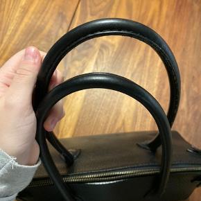Fin decadent shopper i sort en utrolig dejlig størrelse. I sort læder, let slid.  Nypris omkring de 3200kr