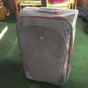 Kuffert, brugt flere gange, men kan stadig klare mange ture endnu. To hjul.