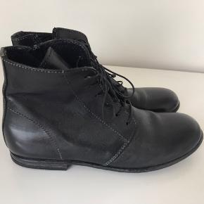 Lækre støvler fra Moma. Som nye. Kom med et bud.