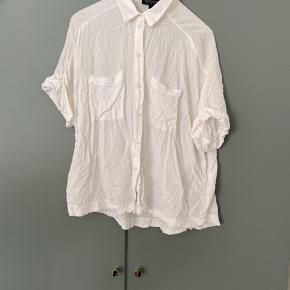 Fin hvid skjorte i str 38 fra TOPSHOP. Har nærmest aldrig været brugt og fremstår helt ny. Skal bare steames, så er den fin og ukrøllet ✨