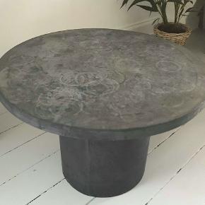 BYD GERNE Sælger dette sofabord.  Bordet er lavet af fiberler med en flot betonfinish, der giver et råt udtryk. Som følge af dette materiale vil optage nemt væske, og derfor er der glas mærker på bordet. Men det er det der giver det rå look.  Købt for 2000 kr for 1 år siden.