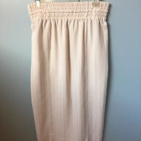 Ganni F3809 Heavy Crepe Skirt off-white. Materiale: 97% polyester, 3% Elastan.  nypris 999  mål længde 82 talje 36 washlabel og str mangler  sender med dao - ingen bytte - afhentning eller retur