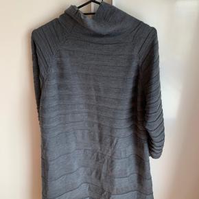 Smuk kjole i 100% lamme uld   Brugt men i pæn stand  Længde ca 85 cm   Nypris omkring 2000, sælges for 450 pp